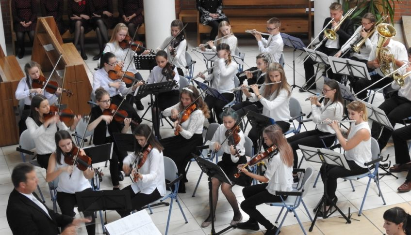 """POLONIA – Młodzieżowa Orkiestra Dęta Ziemi Wschowej i Mażoretki """"Finezja"""""""